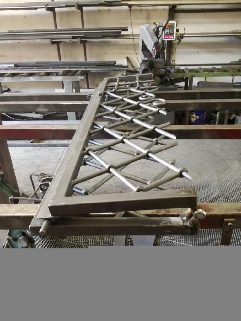 IMG_20190624_165321-768x1024 Inferriata in ferro battuto con cerniera artigianale