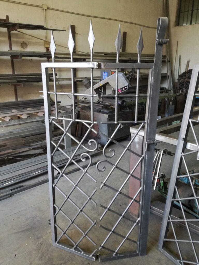 IMG_20190624_181302-768x1024 Inferriata in ferro battuto con cerniera artigianale